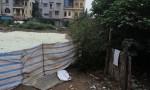 Mứt Tết bẩn phơi trên đất, cạnh nhà vệ sinh
