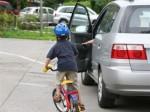 Mở cửa xe ô tô bất cẩn có bị xử phạt?