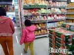 Ngăn ngừa tai nạn đáng tiếc cho trẻ khi đi mua sắm cùng người lớn