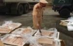bat-gan-200kg-thit-thoi-chuan-bi-tuon-vao-quan-an