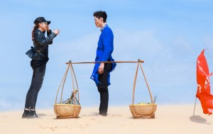 Thí sinh Next Top Model catwalk trên đồi cát