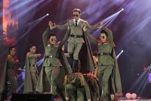 Bất bình vì Đàm Vĩnh Hưng dẫm lên lưng vũ công mặc quân phục