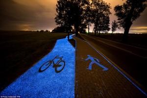 Đường phát sáng trong bóng tối cho người đi xe đạp