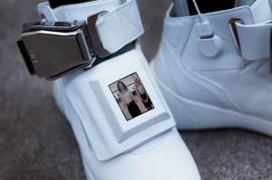 Giầy sneakers tích hợp Wi-Fi, sạc dự phòng và màn hình