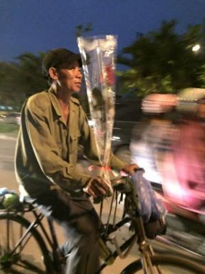 Người đàn ông lam lũ đi xe đạp mua hoa tặng vợ 20/10 nhận 'bão' LIKE