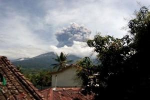 Núi lửa phun, du khách không chịu sơ tán vì mải chụp ảnh