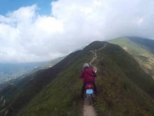 Phượt thủ mạo hiểm đi xe máy trên sống núi Tà Xùa