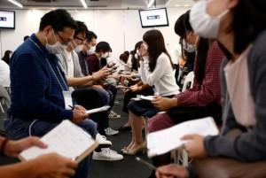 Trào lưu hẹn hò bịt mặt nở rộ tại Nhật Bản