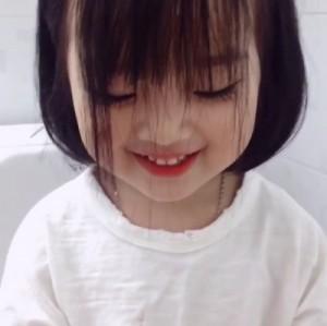 Phát cuồng với clip siêu đáng yêu của cô bé có mái tóc 'bát úp'