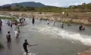 Bình Thuận: Dân đổ xô đi bắt cá bay từng đàn như trong phim