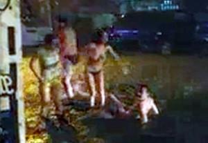 Clip du khách Nga 'bơi' giữa đường ngập nước lũ ở Nha Trang