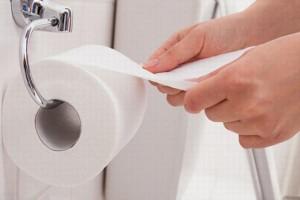Nếu bạn vẫn dùng giấy vệ sinh sau khi đi tiểu nhất định phải biết sự thật đáng sợ này
