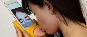 Phụ kiện hôn môi xa dành cho iPhone