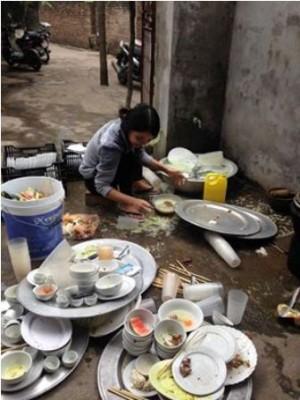 Một mình rửa 17 mâm bát đĩa đám giỗ, nàng dâu 20 tuổi sáng nhất Facebook