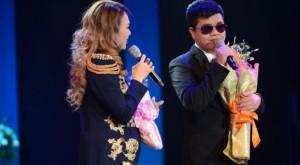 Clip: Mỹ Tâm trò chuyện cảm động, giới thiệu chàng trai khiếm thị Đức Mạnh với ca sĩ Phi Nhung