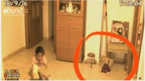 Con gái bảo có gì đó lạ trong nhà, ông bố lén đặt camera và nhìn thấy điều kinh hoàng