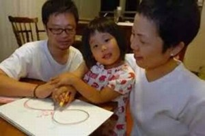 Bé gái Nhật 5 tuổi tất bật nấu ăn, câu chuyện cảm động lấy nước mắt triệu người