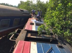 Hiện trường vụ tàu hỏa lật sau va chạm với xe tải ở Huế