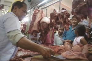 Thịt lấy buổi sáng bán đến chiều tối, bốc mùi vẫn có khách mua