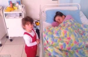 Đi đẻ bị hôn mê, người mẹ mở mắt tỉnh dậy thấy con gái đã 7 tuổi