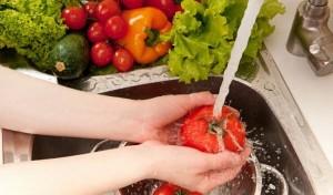 Mách bạn 4 cách tốt nhất để loại bỏ thuốc trừ sâu, hóa chất độc hại trên rau củ