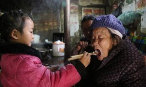 Thương xót: Bố đi tù, mẹ tái hôn bé 5 tuổi phải tự mình nấu cơm chăm sóc bà và cụ nội