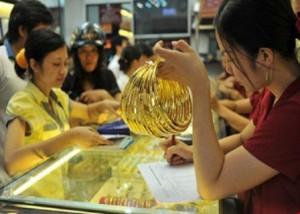 Giá vàng liên tục 'nhảy múa', tăng cao hiếm thấy
