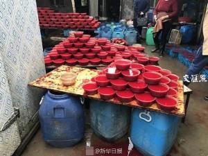 Rùng mình cảnh lò sản xuất hàng trăm thùng tiết vịt mỗi ngày bẩn như chuồng lợn