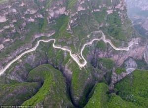 Khám phá con đường hiểm trở xuyên qua núi cao ở TQ