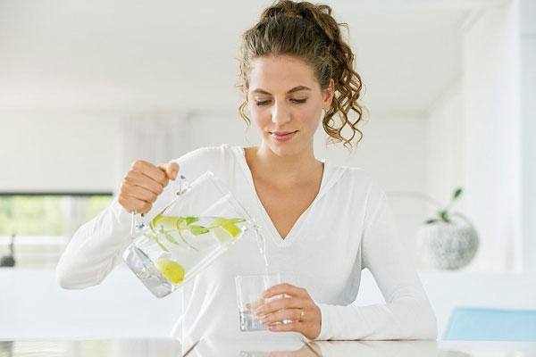 Uống nước chanh ấm vào buổi sáng mang lại sức khỏe thần kỳ