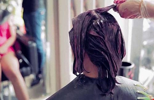 Cô gái trẻ da đầu lở loét, tóc bong từng mảng vì sở thích đổi mốt nhuộm tóc