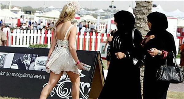 Làm dâu Dubai bạn có thể được rút vàng ở ATM nhưng cũng phải trả giá như thế này