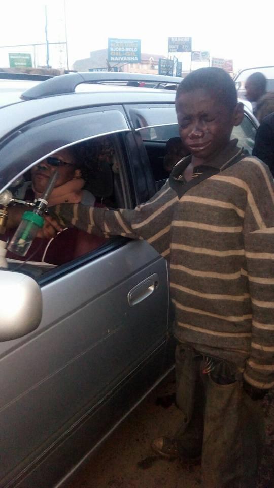 Tiến tới chiếc ô tô xin tiền, nhưng khi nhìn vào bên trong, cậu bé vô gia cư liền bật khóc nức nở