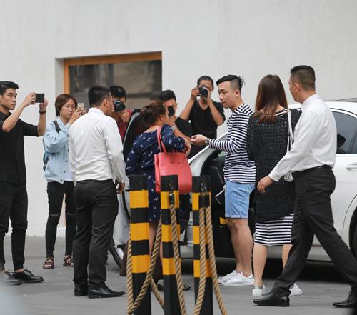 Trấn Thành mặc short lái xe 4 tỷ đưa bạn gái đến tiệc cưới