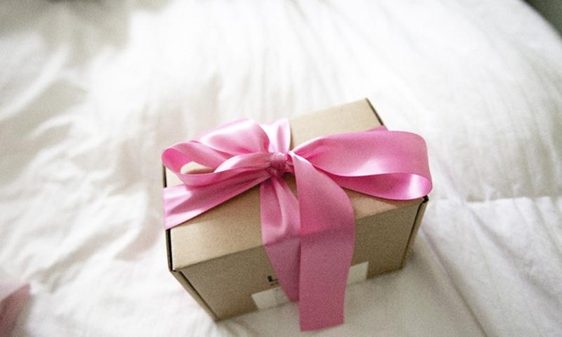 Cô bé tặng cha một chiếc hộp trống rỗng, nhưng sự thực phía sau sẽ khiến bạn nghẹn ngào