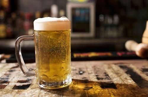 Không cần nặn, mụn chi chít khắp mặt cũng tự biến mất, da trắng thêm 2 tone chỉ nhờ nửa cốc bia