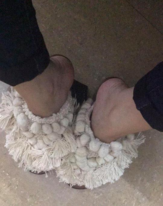 Cô gái vừa cáu, vừa buồn cười khi bỏ ra 2 triệu đồng để nhận được đôi guốc giẻ lau nhà 3 nước