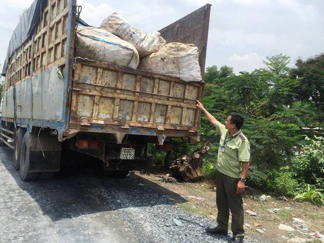 Bí mật bên trong hai xe tải chở rác thải, phế liệu ở SG