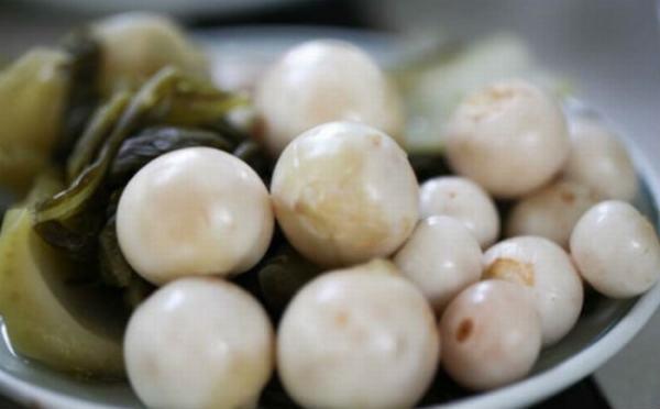 Ung thư đến sớm nếu ăn cà dưa muối nổi váng trắng, vàng kéo dài