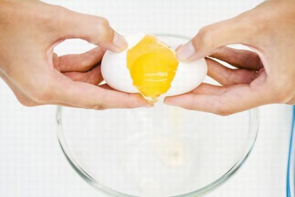 Cách thổi bay tàn nhang với trứng gà