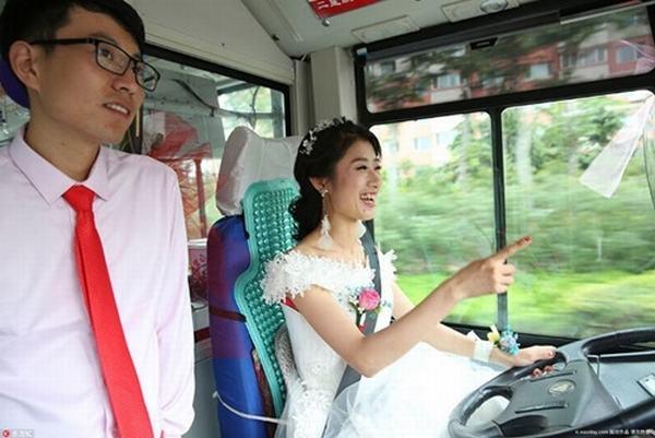 Những cô dâu 'bá đạo' nhất thế giới: Cô dâu cày game quên đám cưới, chú rể phải lôi về