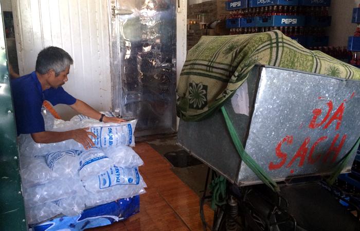 """Bán nước mía lãi 2 triệu/ngày Từ đầu mùa hè, chị Nguyễn Thị Mai, một người bán nước tại khu đô thị Nam Đô (Hoàng Mai – Hà Nội) luôn mang về doanh thu từ 1 triệu đến 2 triệu mỗi ngày nhờ bán nước mía. Theo chị Mai cho biết, những ngày nắng nóng trên 35 độ C, mỗi ngày chị bán hết cả hàng chục bó mía. Với mức giá 10.000 đồng/cốc, 35.000 đồng/lit trung bình 1 cây mía cho khoảng 3 – 4 cốc nước. Tính doanh thu riêng từ nước mía thì mỗi ngày nắng nhưng không quá nóng được khoảng 5 triệu đồng/ngày. Còn những ngày nắng nóng gay gắt nhiệt độ lên mức 40 độ C thì khoảng 6 triệu đến 8 triệu đồng mỗi ngày. Trung bình ngày bình thường xay hêt khoảng 15 bó mía, mỗi bó khoảng 30 cây. Ngày nắng nóng, xay hết khoảng 20 – 30 bó. Trừ chi phí tiền cốc giấy, đá, túi, ống hút … cũng lãi chừng 1 – 2 triệu mỗi ngày"""", chị Mai tiết lộ. Tuy nhiên, quán nước mía của chị Mai chỉ là một quán nhỏ ven đường Trương Định cạnh Khu đô thị Nam Đô, lượng người qua lại không quá đông. Nếu những quán nước mía gần các đường lớn, cạnh bến xe hay trường học thì doanh thu sẽ đem lại cao hơn gấp bội phần. Theo khảo sát của PV Chất lượng Việt Nam, hầu hết trên mọi tuyến đường tại thủ đô Hà Nội đều có ít nhất từ 1 – 3 quán bán nước mía. Chưa kể những quán nước mía mọc lên như nấm gần các Trung tâm Văn hóa, Công viên, Sân vận động. Anh Phạm Văn Tài (Hồng Dương – Thanh Oai – Hà Nội), một người chuyên vận chuyển mía thuê cho các đại lí bán mía tại Ba La - Hà Đông thì mỗi ngày các công nhân vận chuyển mía như anh làm việc cật lực từ 4 giờ sáng đến 10 giờ đêm. Thậm chí, những ngày nắng nóng, mỗi ngày anh Tài vận chuyển hơn 200 chuyến mía đến các cửa hàng xay nước mía tại thủ đô, mỗi chuyến công chở cũng được 60.000 – 100.000 đồng tùy quãng đường và lượng mía chuyển. Như vậy, mỗi ngày những công nhân chở mía như anh Tài cũng thu nhập cả triệu bạc mỗi ngày. Chở chục tạ đá viên mỗi ngày, kiếm tiền triệu Nắng nóng mùa hè, nhu cầu giải nhiệt luôn tăng cao, vì vậy mà đá viên cũng là một trong những mặt hàng tiêu thụ rất lớn."""