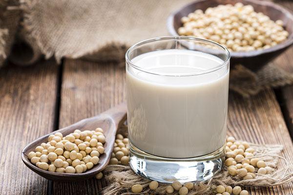 Dấu hiệu nhận biết sữa đậu nành pha hóa chất để không uống nhầm kẻo đường ra nghĩa địa kéo rất gần