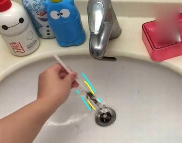 Mẹo lấy sạch tóc mắc trong lỗ thoát nước bồn rửa chỉ bằng 1 ống hút