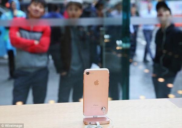 Mua iPhone X, mất gần 1.000 đồng cho mỗi lần... mở máy