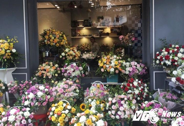 Thị trường hoa tươi dịp 20/10: Hoa nhập ngoại giá cả chục triệu đồng