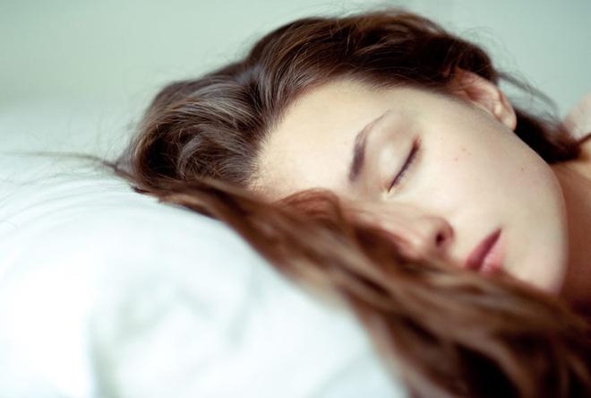Hiểm họa khôn lường từ thói quen tắm khuya và để tóc ướt đi ngủ