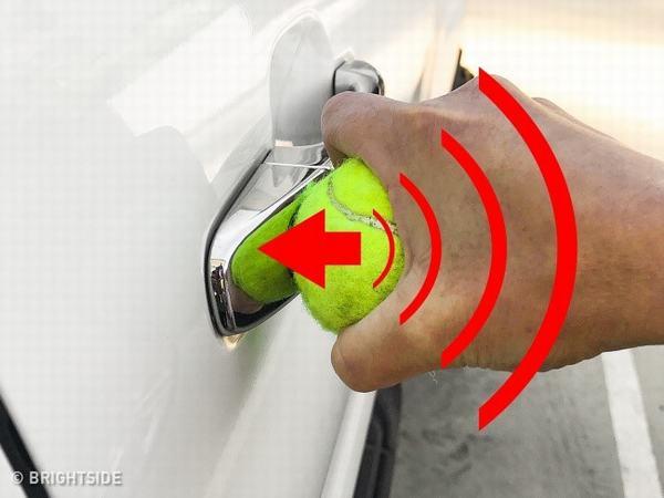 Mẹo hay giúp mở cửa xe ôtô khi bỏ quên chìa khóa